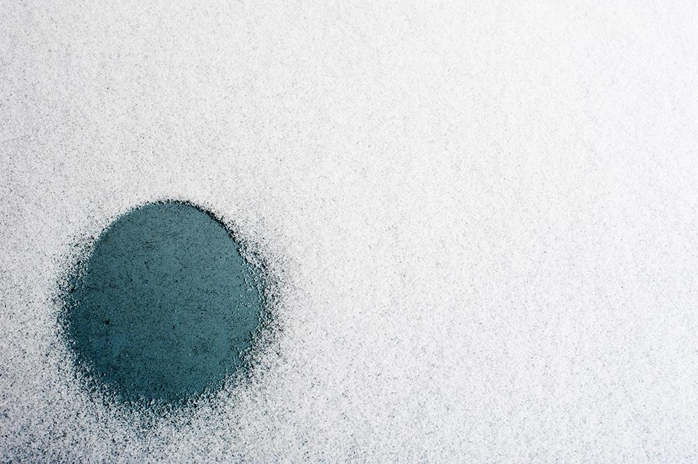 Farbiger runder Fleck auf hellem Hintergrund, Foto: Azucena Viloria