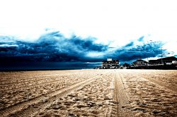 Hampton Beach; New Hampshire; USA, frisch planierter und gesäuberter Strand, düste Wolken, Himmel, unheimlich
