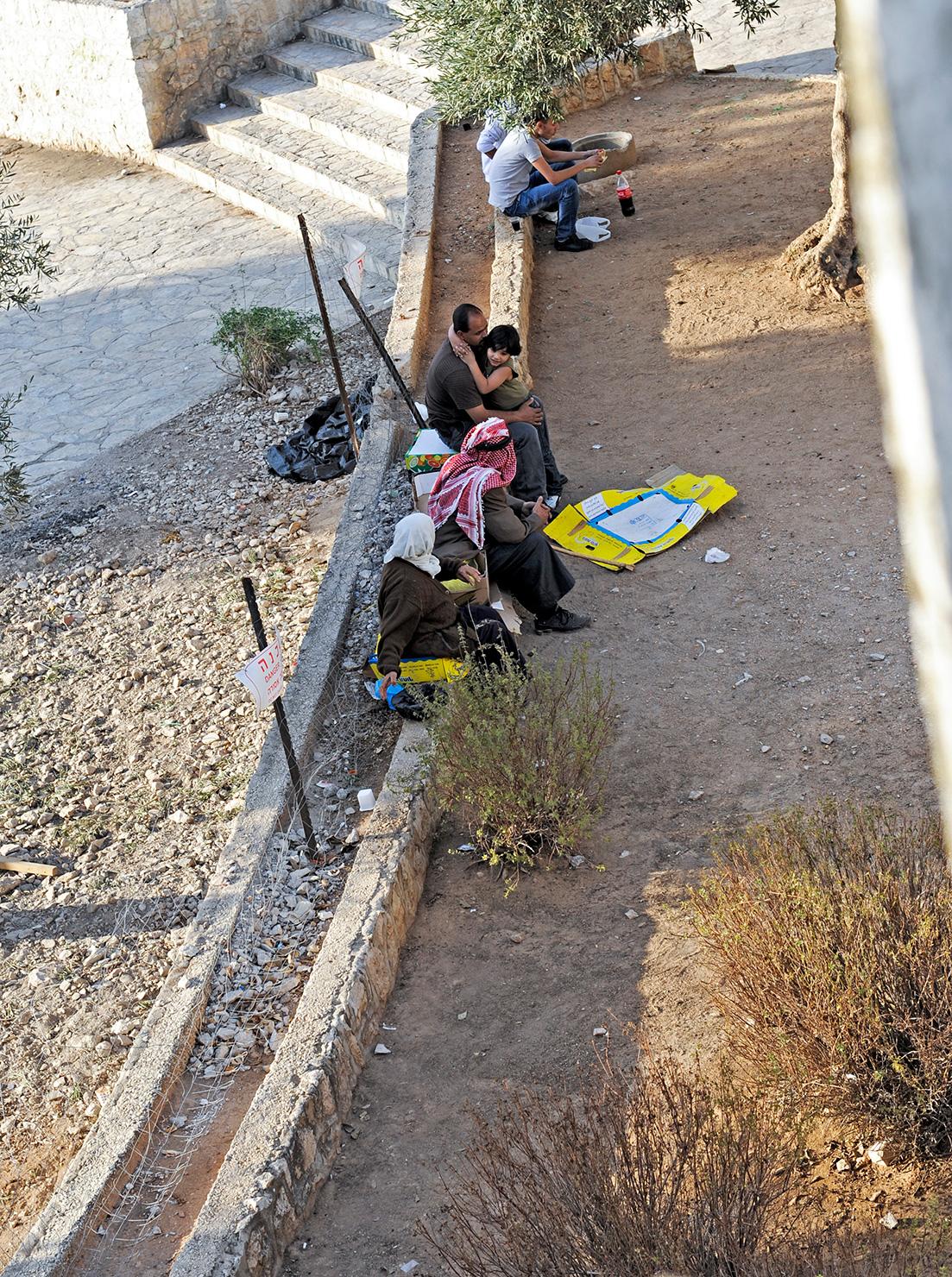 Menschen an der Stadtmauer von Jerusalem