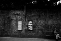 Schwarzweißfoto, verschwommen, Mauer, Wand, Mensch, dunkel, Foto : Azucena Viloria