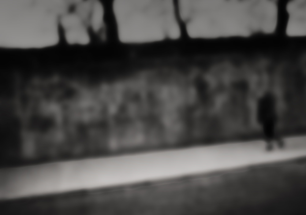 Schwarzweiß, verschwommen, Mensch vor Mauer, Foto : Azucena Viloria