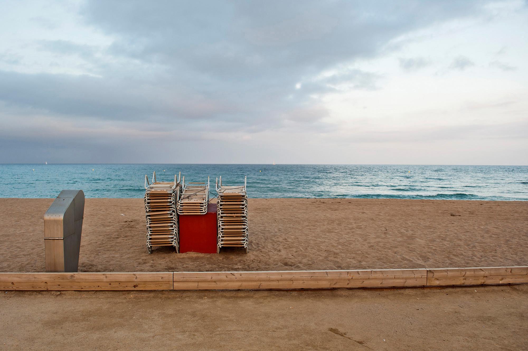 Aufgräumte Liegen am Stadtstrand von Barcelona