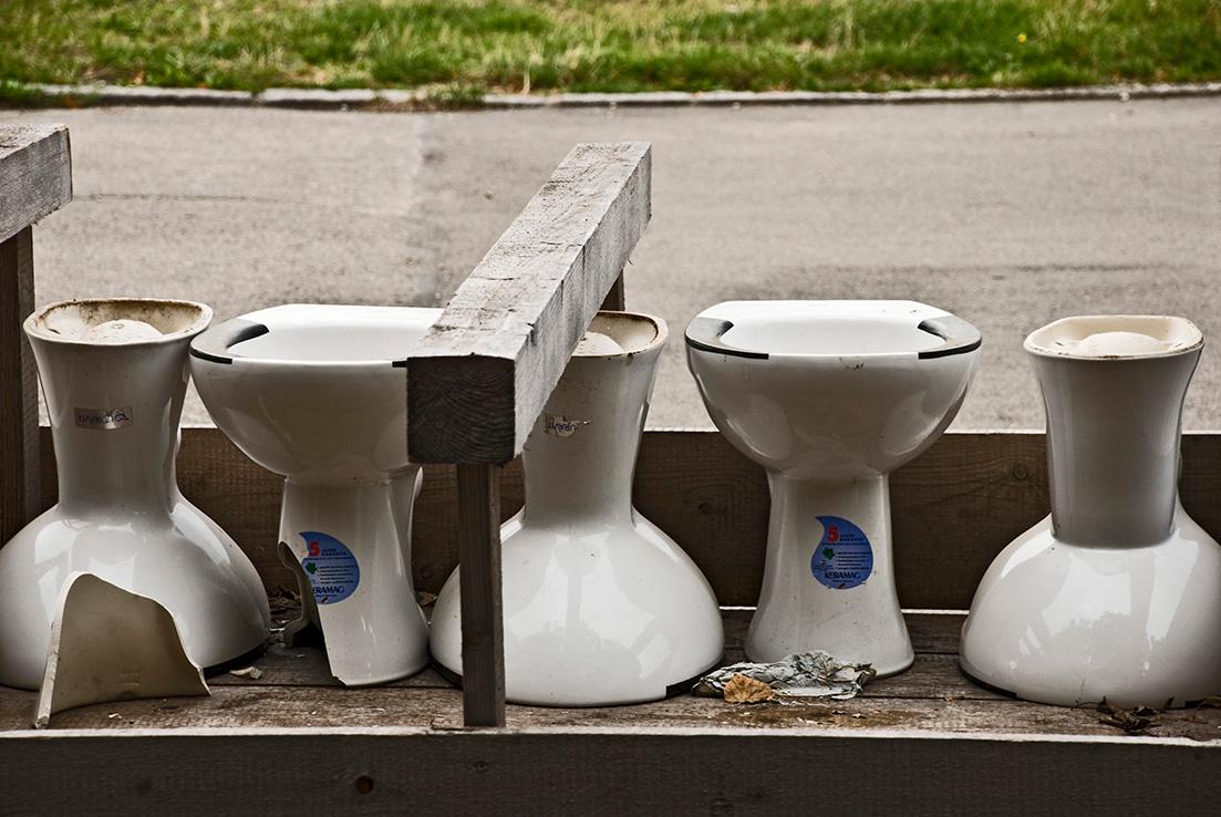 Für das Oktoberfest angelieferte WC-Schüsseln