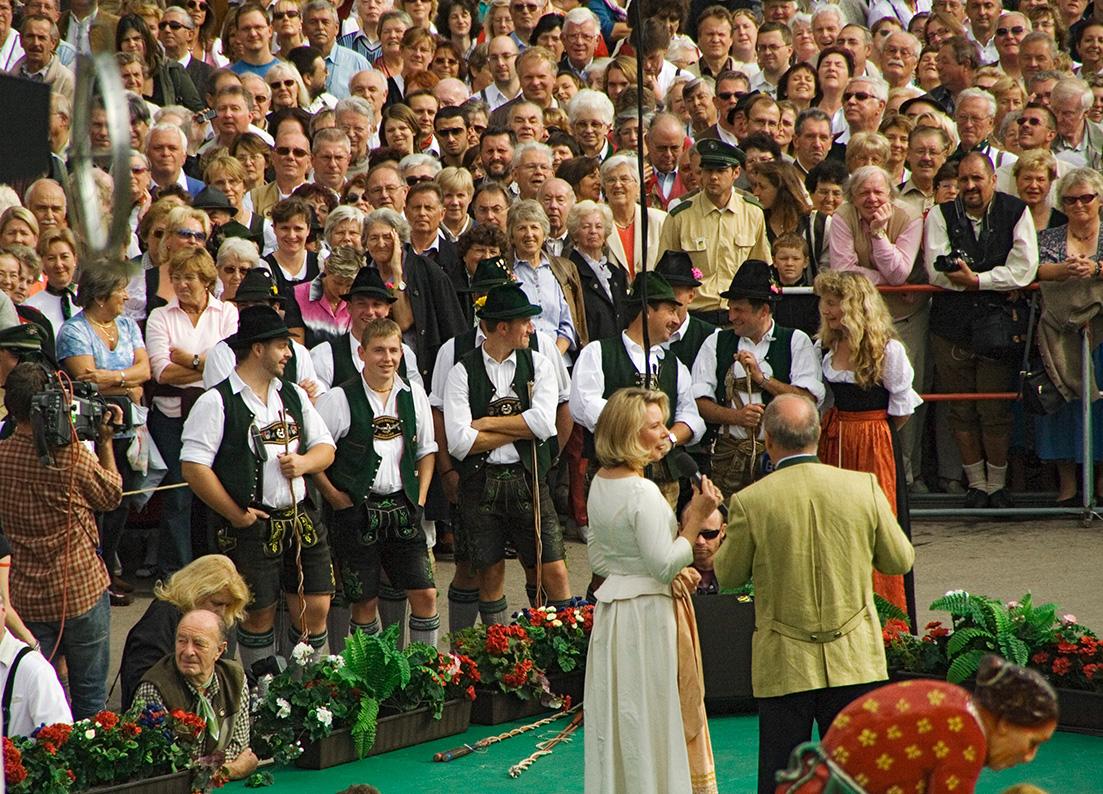 Standkonzert aller Festzeltkapellen auf den Treppen vor der Bavaria