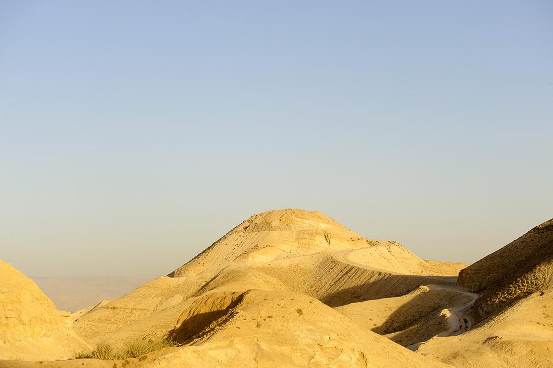 Wüstenlandschaft mit Straße ins Wadi el Quelt bei Jericho
