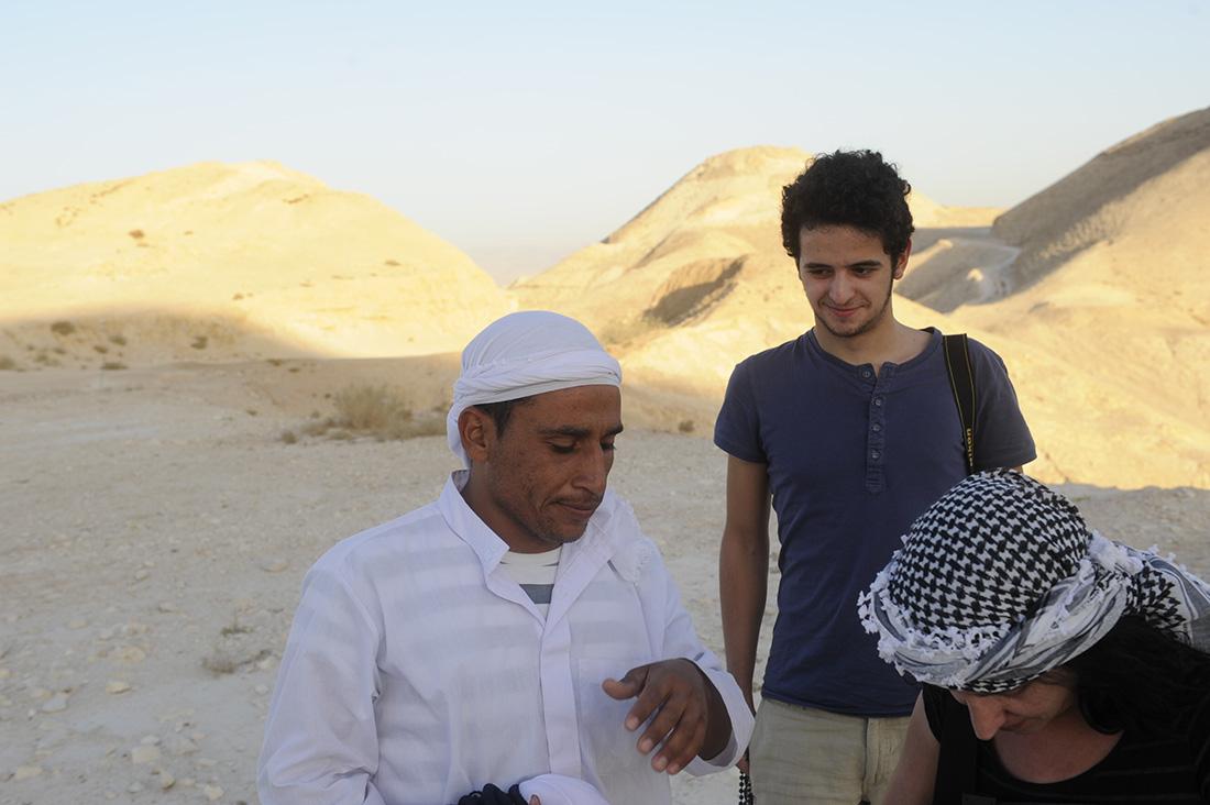 Touristen mit Andenkenverkäufer im Wadi el Quelt bei Jericho