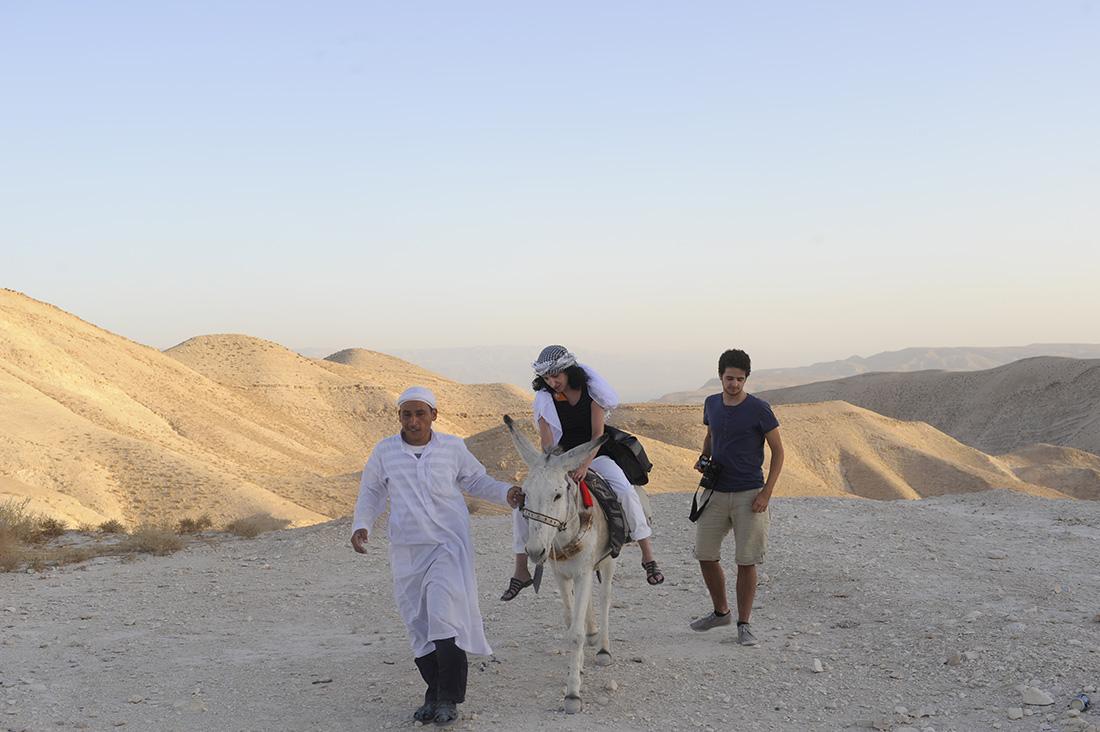 Touristen auf Maultier mit Andenkenverkäufer, Wüste beim St. Georgs-Kloster bei Jericho